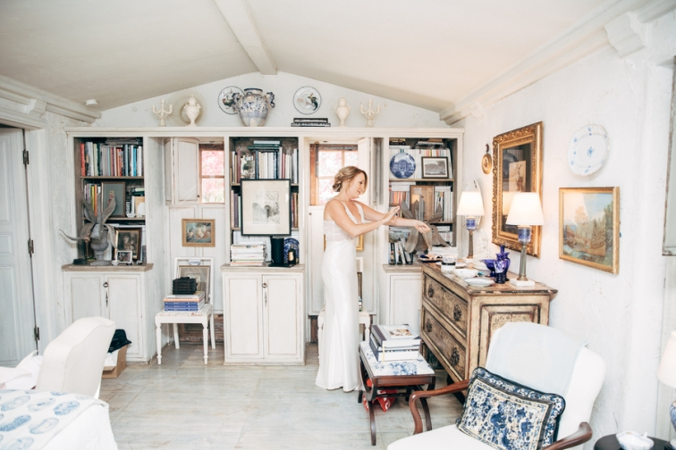 bride-getting-ready-in-vintage-home