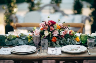 vintage-china-table-arrangement