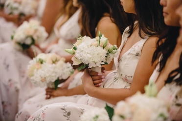 bridesmaids-seated-with-bouquets