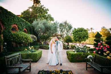 bride-and-groom-kissing-in-garden