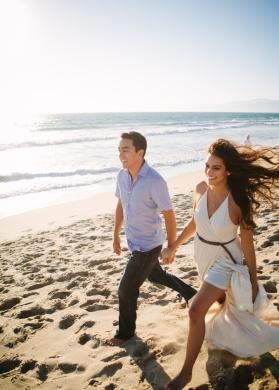 couple-walking-on-beach