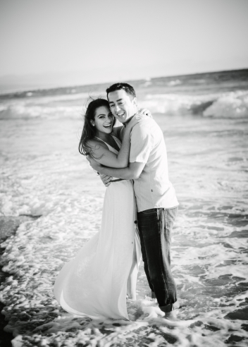 couple-hugging-at-beach