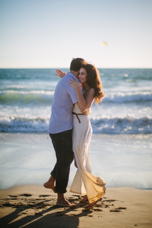 couple-hugging-at-the-beach