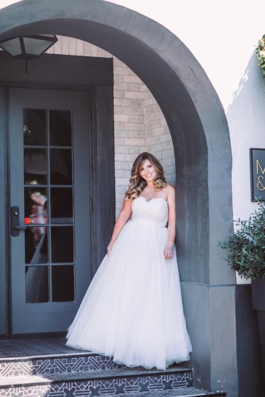 bride-posing-in-archway