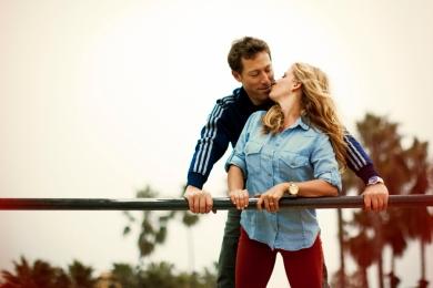couple-on-swing-set