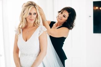 bridesmaid-putting-on-brides-veil