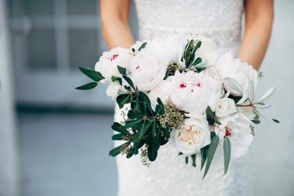 bride-holding-white-bouquet