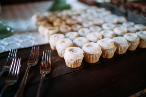 cupcakes-on-wood-table